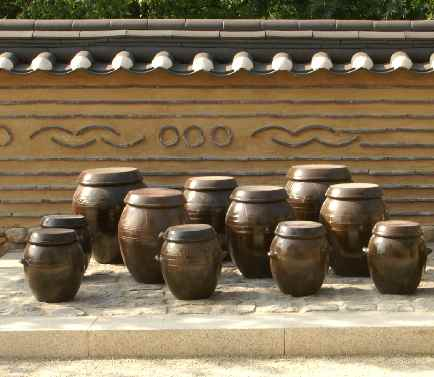 Korean clay pots for the fermentation of vegetables (<I class=eg>e. g.</I>, 김치)